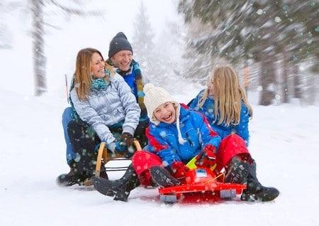 Rodelspaß für die ganze Familie – egal ob Holzrodel oder Lenkbob.